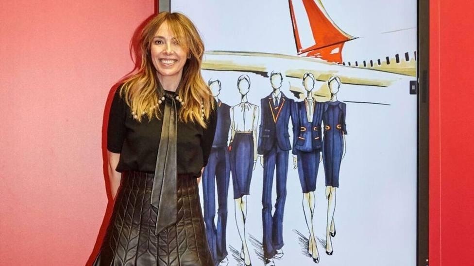 La diseñadora Teresa Helbig, con los bocetos de los nuevos uniformes de Iberia creados por ella