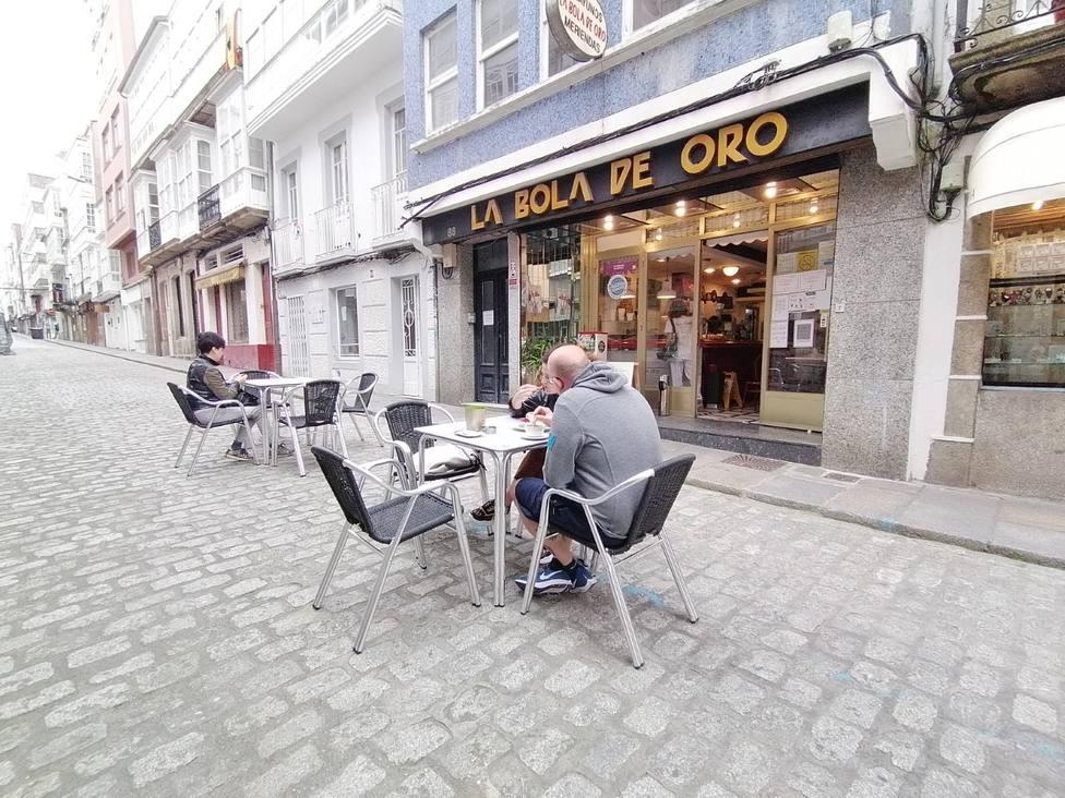 Algunos clientes de la Bola de Oro en la terraza instalada en la calle María