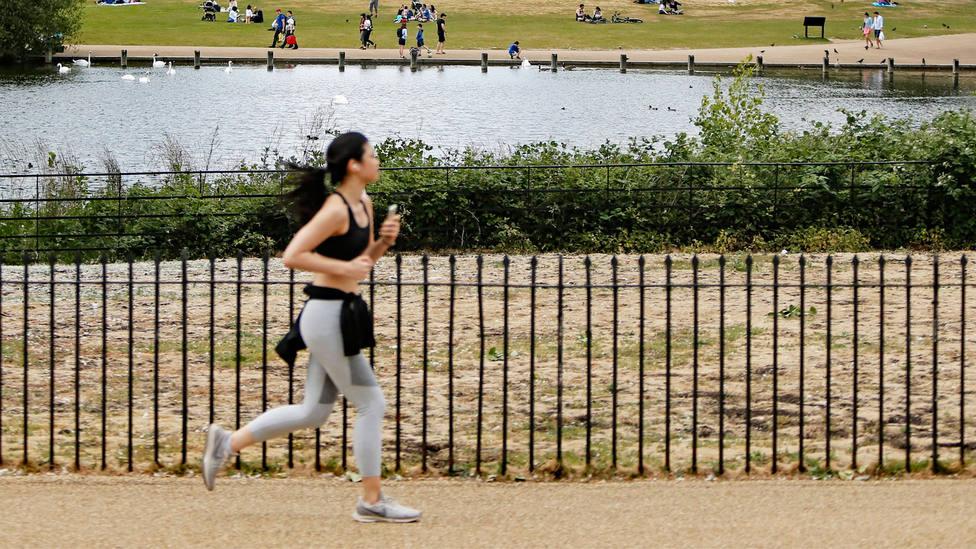 Una mujer practica running al aire libre. CORDONPRESS