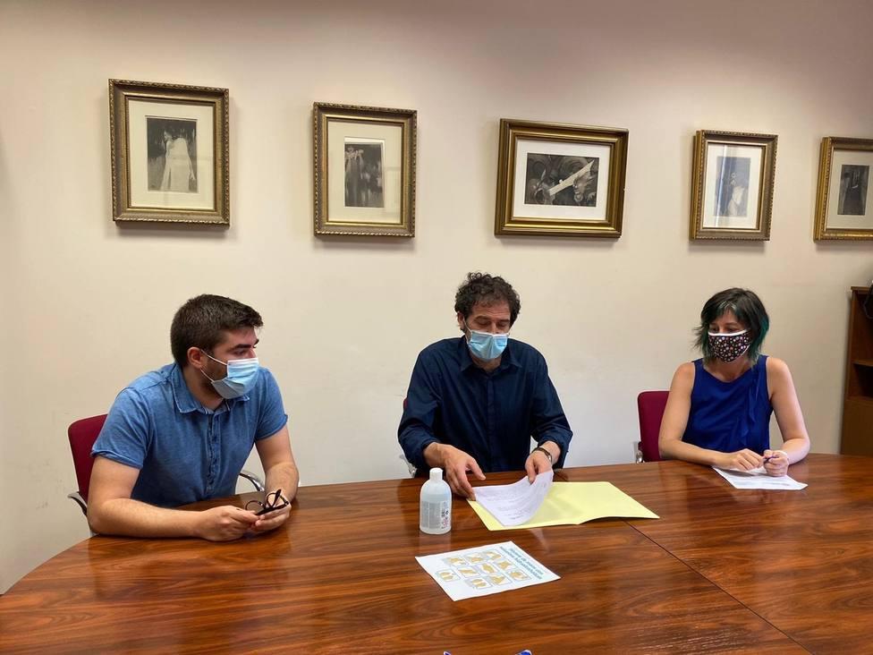 Bernabé Simes, Suso Basterrechea y Lorena Dapena presentanda las mociones - FOTO: Cedida