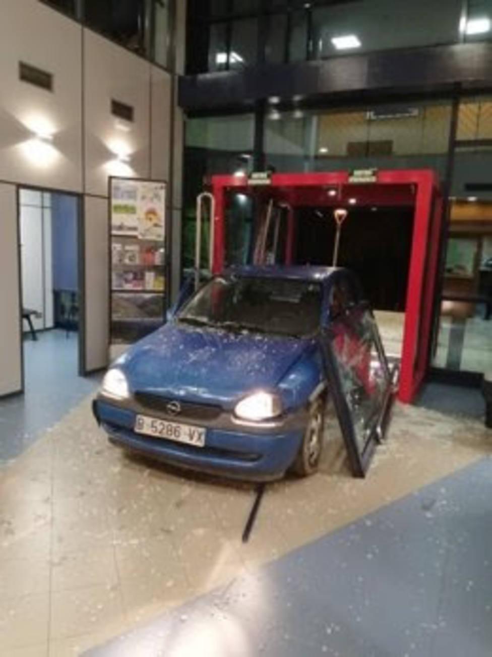 El coche quedó empotrado en la comisaría de Mossos de Ripoll
