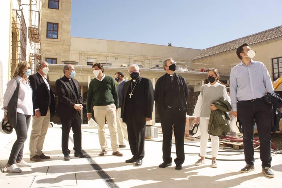 El obispo visita las obras del futuro Centro de Recepción de la Mezquita-Catedral, que acaban en diciembre