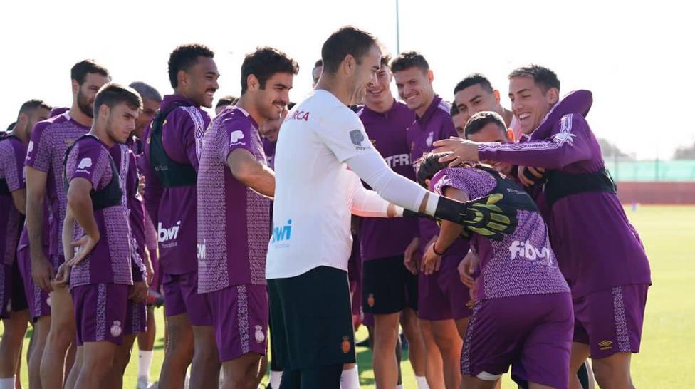 Los jugadores del Mallorca, manteando a Luka hoy