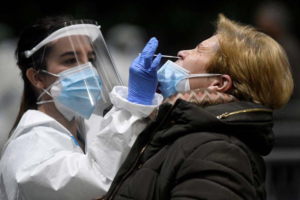 Foto de archivo de una sanitaria haciendo una PCR - FOTO: EFE / Pablo Martín