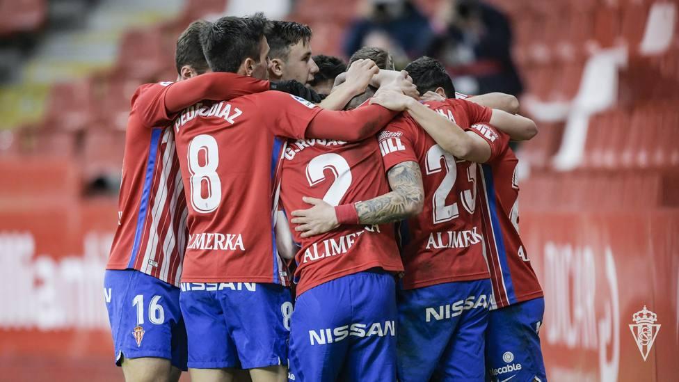 Los jugadores del Sporting celebran el gol de la victoria