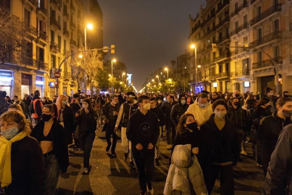 Medio millar de personas cortan la calle Aragó de Barcelona gritando Libertad Pablo Hasel