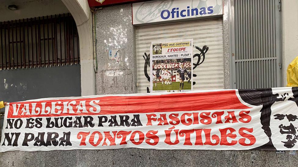 Pancarta de protesta de aficionados del Rayo en el Estadio de Vallecas (FOTO: Carlos Ganga)