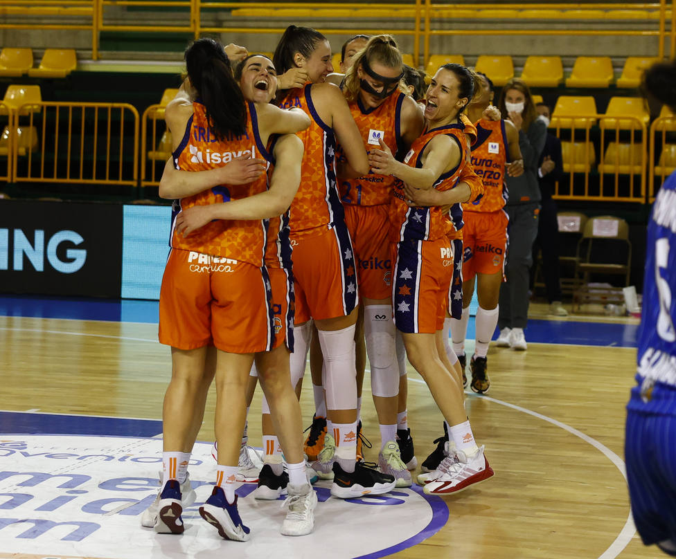 Alegría de las jugadoras de Valencia Basket