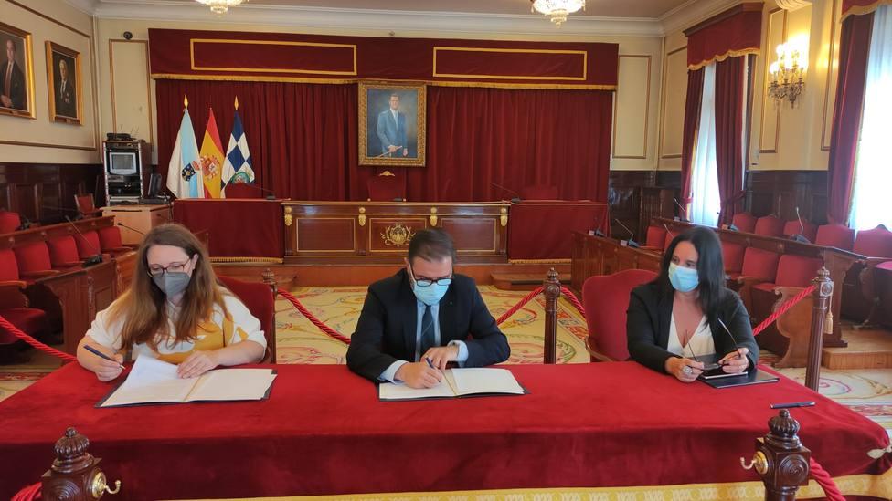 Firma del convenio con la ASCM de Ferrol. FOTO: concello de Ferrol
