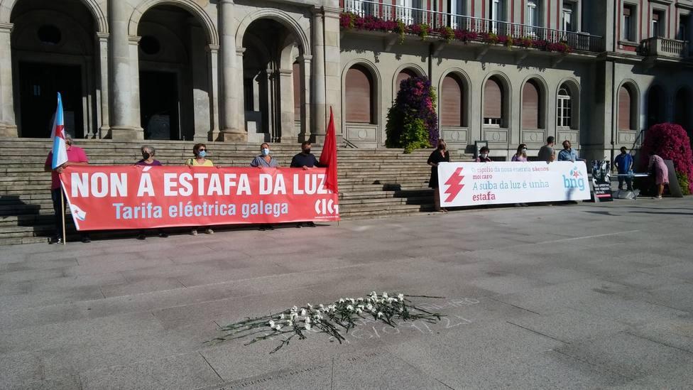 Integrantes de la CIG y BNG ante la plaza de Armas de Ferrol - FOTO: BNG