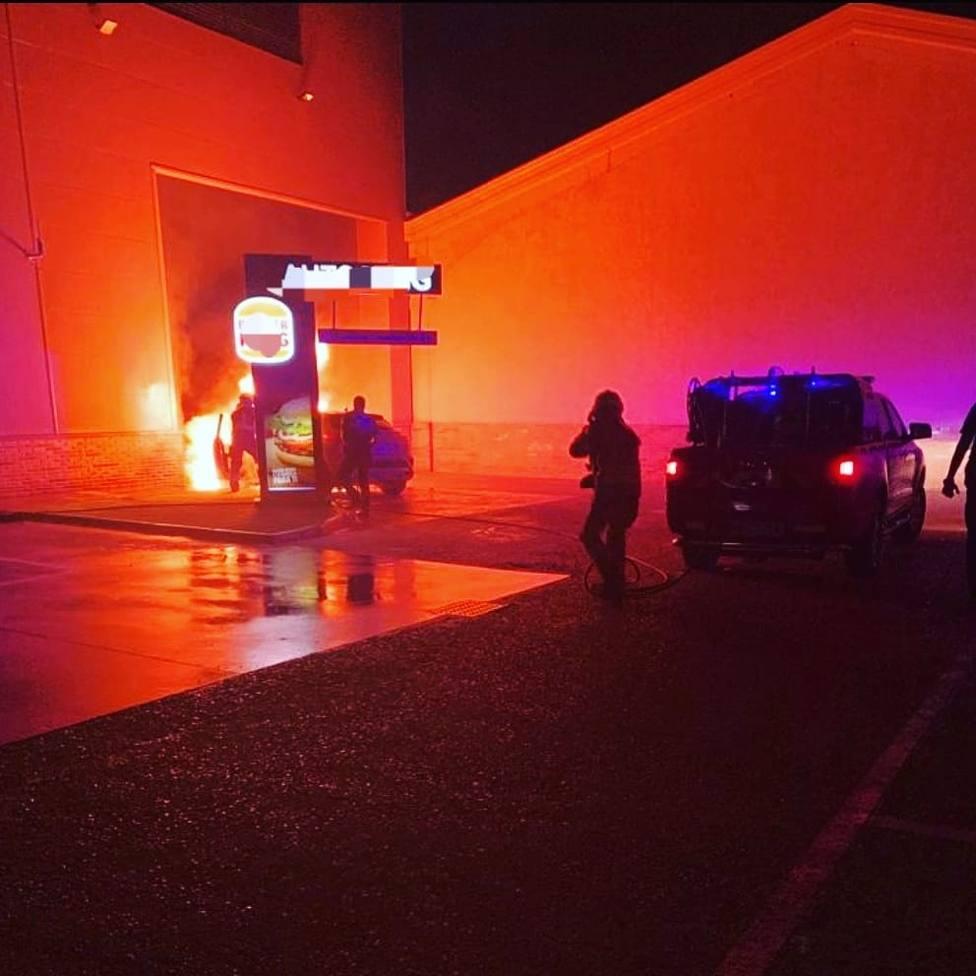 Sale un coche ardiendo en una hamburguesería de Toledo