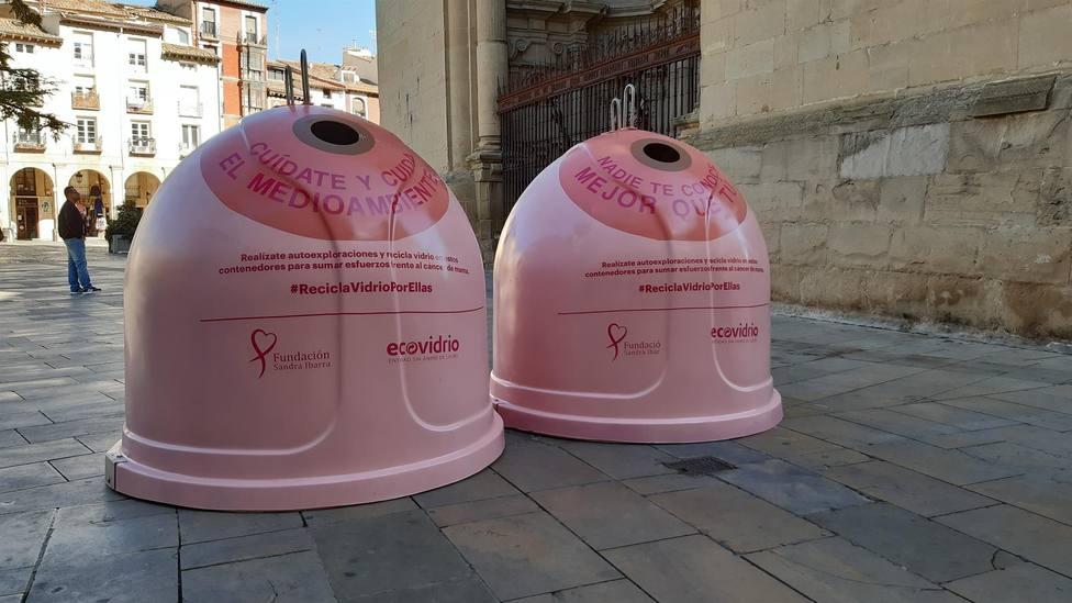 Logroño se suma a la campaña solidaria Recicla vidrio por ellas con dos iglús rosas en la Plaza del Mercado