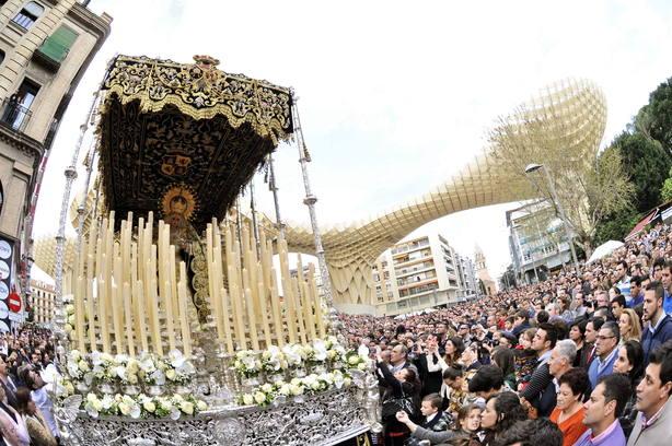 El paso de Nuestra Señora de las Lágrimas en Sevilla