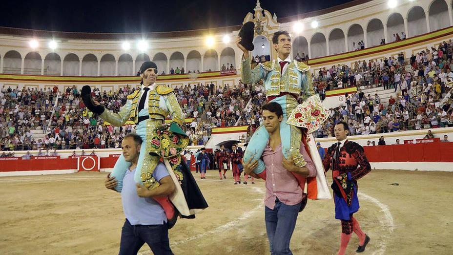 Juan José Padilla y Fortes en su salida a hombros este miércoles en Melilla