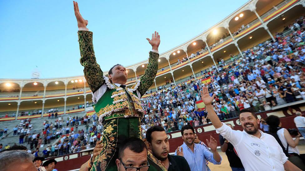 Ferrera en su salida a hombros en la plaza de toros de Las Ventas este San Isidro
