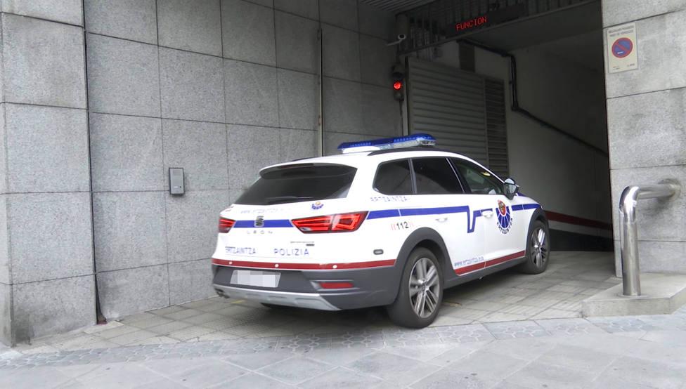 Un vehículo de la Ertzaintza traslada a los miembros de la llamda Manada de Bilbao, hasta los juzgados de la ciudad.