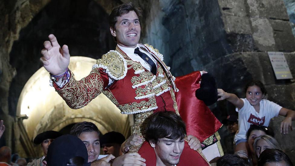 Juan Leal en su salida a hombros por la Puerta de los Cónsules del Coliseo de Nimes