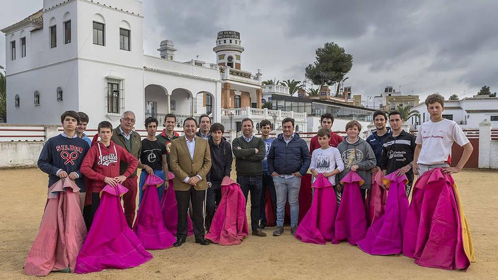 Los alumnos de la Escuela de Tauromaquia de Sevilla en su sede de la Real Venta de Antequera