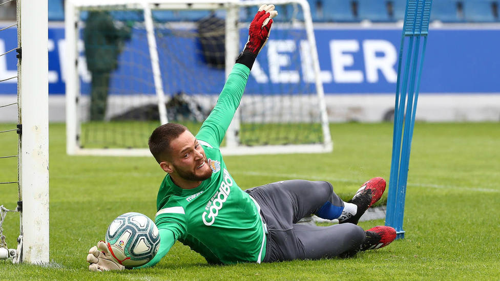 Álex Remiro vuelve a los entrenamientos de la Real Sociedad y ya trabaja duro bajo palos