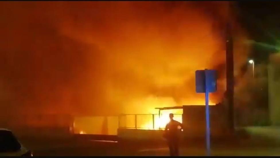Un incendio en el polígono de Calahorra afecta a una empresa que almacenaba bidones con productos químicos