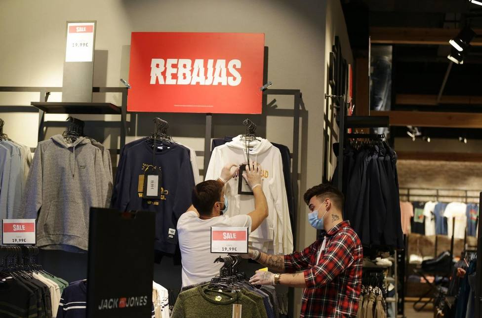 Clientes en el interior de una tienda de ropa