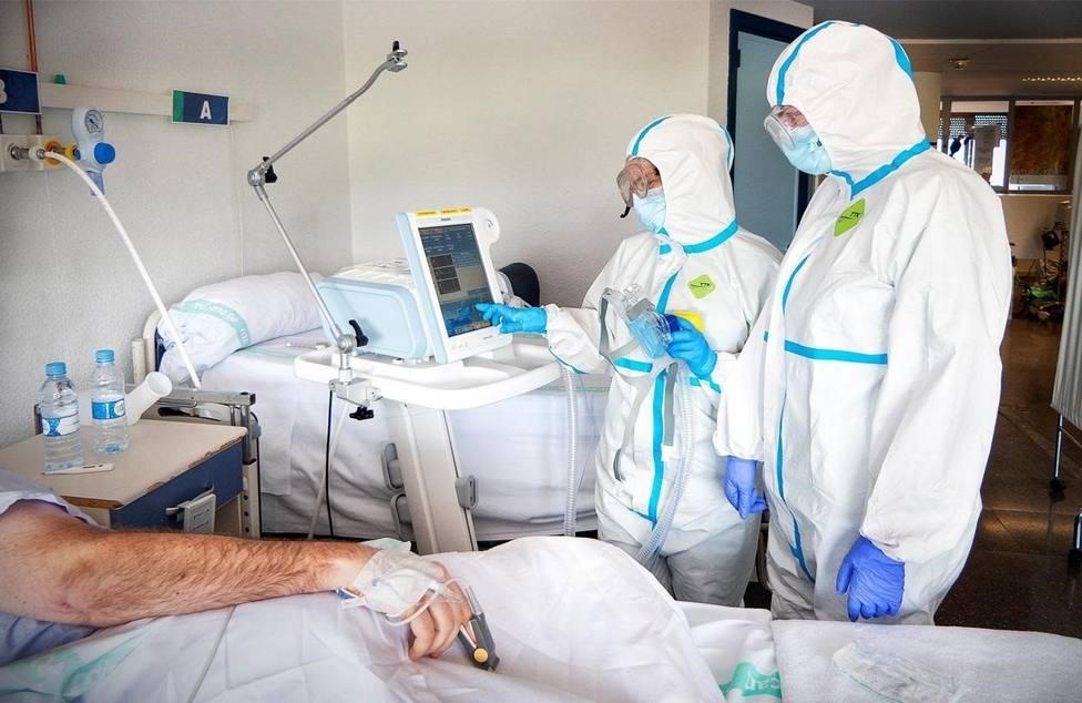 Médicos tratando a paciente con COVID-19