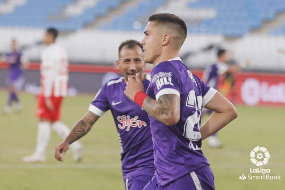 Djuka y Aitor García celebran el gol del triunfo en Almería