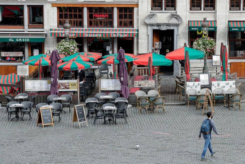 Una terraza de la Grand Place de Bruselas vacía cuando siempre están llenas de turistas