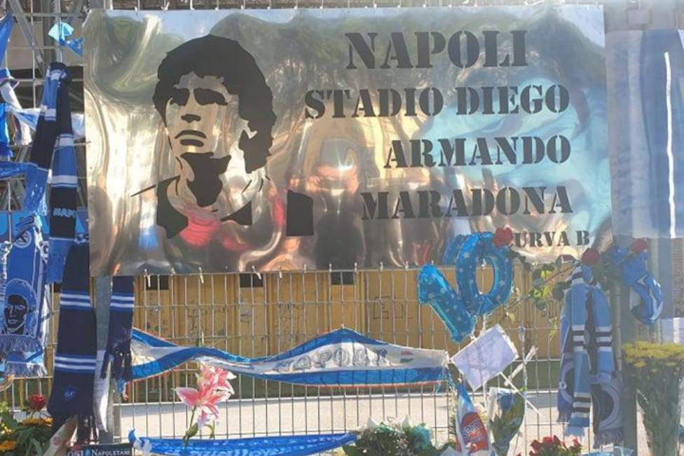 San Paolo dedica su último adiós a Maradona entre velas, flores y pancartas