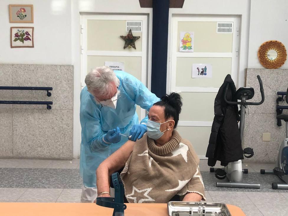 Mari Carmen Fernández, de 85 años, recibe la primer vacuna de COVID