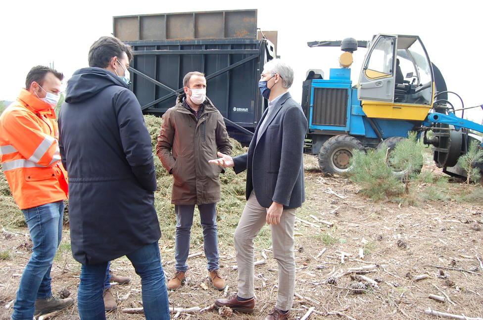 El Conselleiro de Industria durante la visita a los montes de Castrelo do Val.