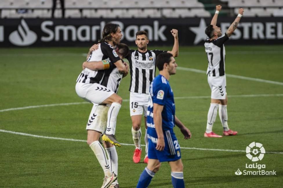 Los jugadores del Castellón celebran la victoria ante la mirada perdida de Blanco Leschuk
