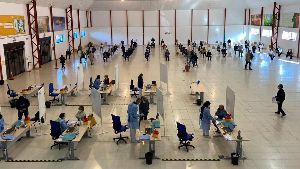 Zona de vacunación y de espera en el hall de FIMO - FOTO: Sergas