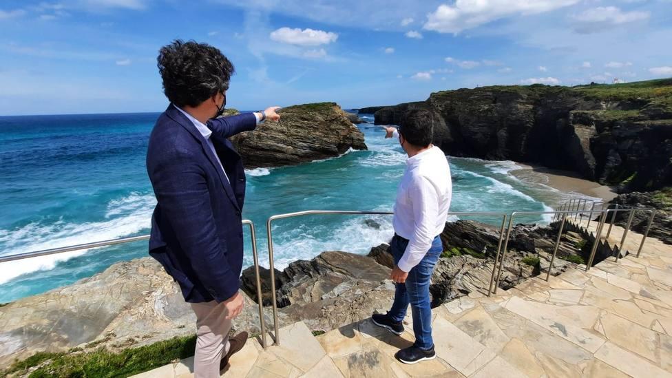Javier Arias y Daniel Vega en la playa de As Catedrais