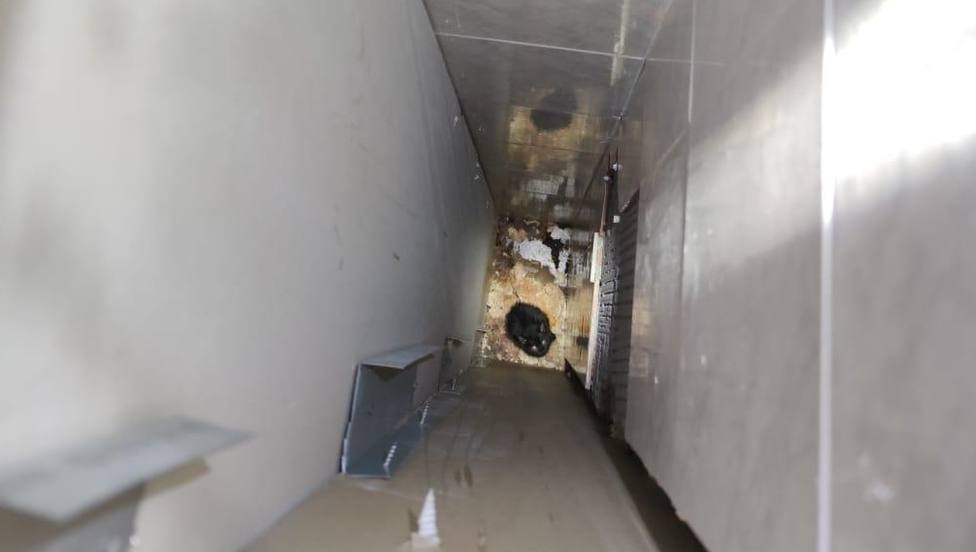 El gato se había caído en el interior de dos tabiques. FOTO: Speis Narón