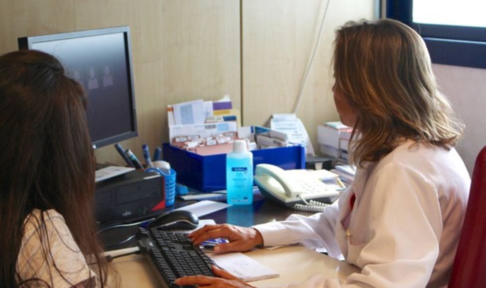 El Colegio de médicos advierte de la saturación de la Atención primaria y el agotamiento de los sanitarios