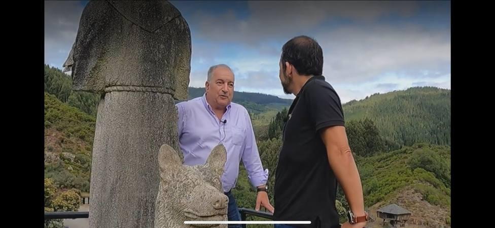 El alcalde de Baleira charla con Julio Carballal