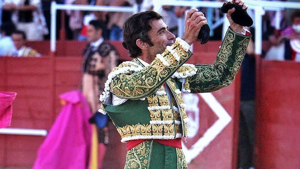 Fernando Robleño, con dos de las tres orejas cortadas este sábado en Navas del Rey