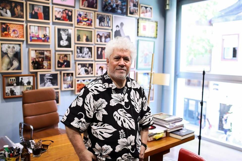 Pedro Almodóvar en su despacho en un día cualquiera de trabajo