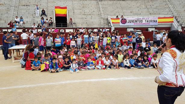 Grupo de niños participantes en el Programa Víctor Barrio en Las Ventas el pasado año