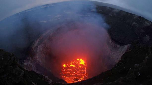 Tras dos semanas en erupción, el volcán Kilauea de Hawái ahora también está arrojando rocas enormes