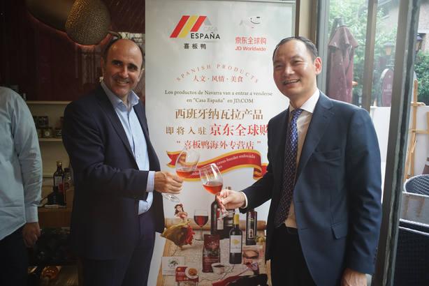 El vicepresidente Manu Ayerdi junto al empresario Jin Li