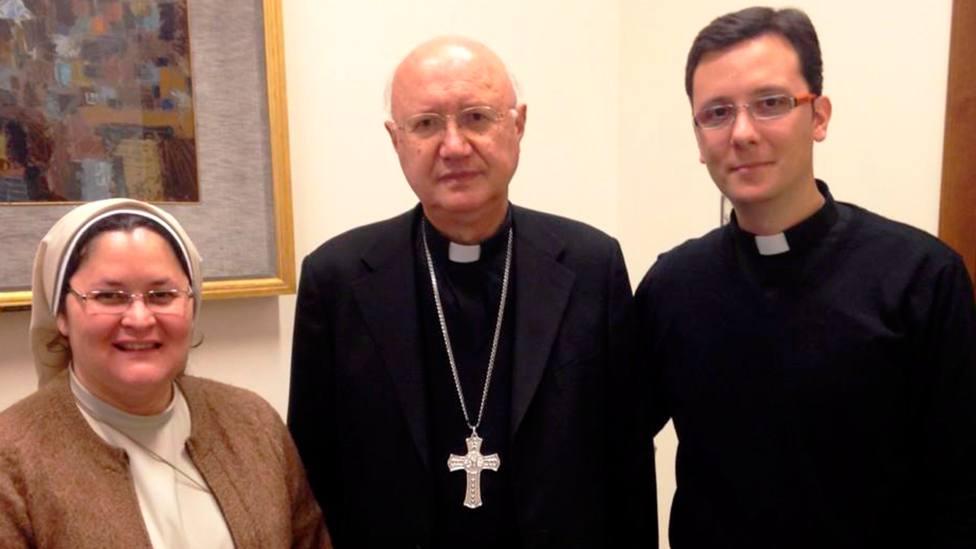 Xiskya Valladares (izquierda9 y daniel Pajuelo (derecha) junto a Mons. Celli, del dicasterio de comunicación