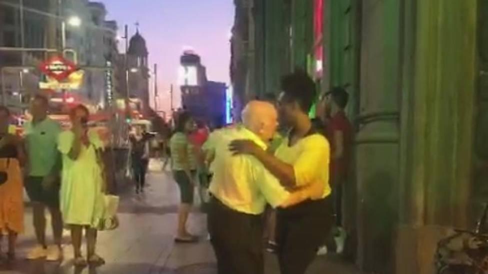 El tierno baile de un anciano en mitad de la calle que se hace viral