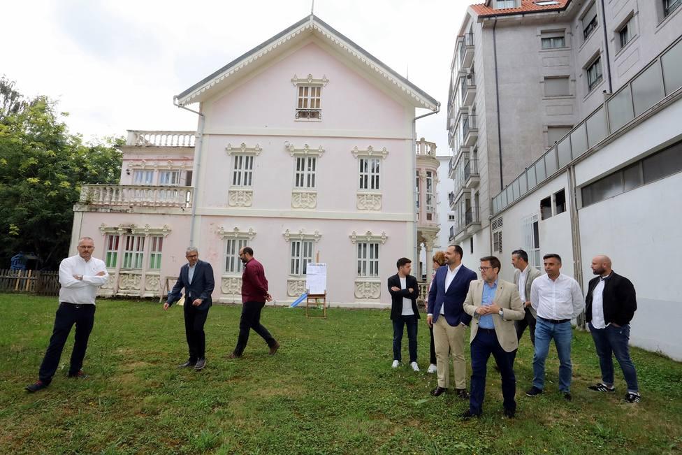 Representantes de la Xunta y del Ayuntamiento de Pontedeume visitando la zona - FOTO: Xunta