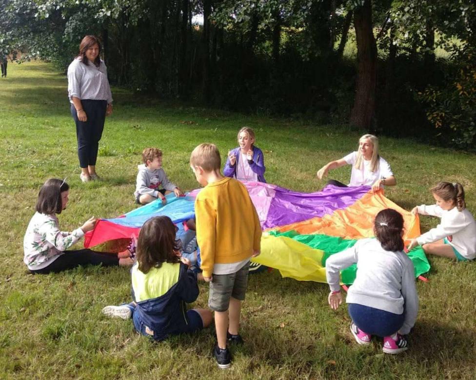 Tania Pardo durante la visita a los niños del campamento Summer Fun