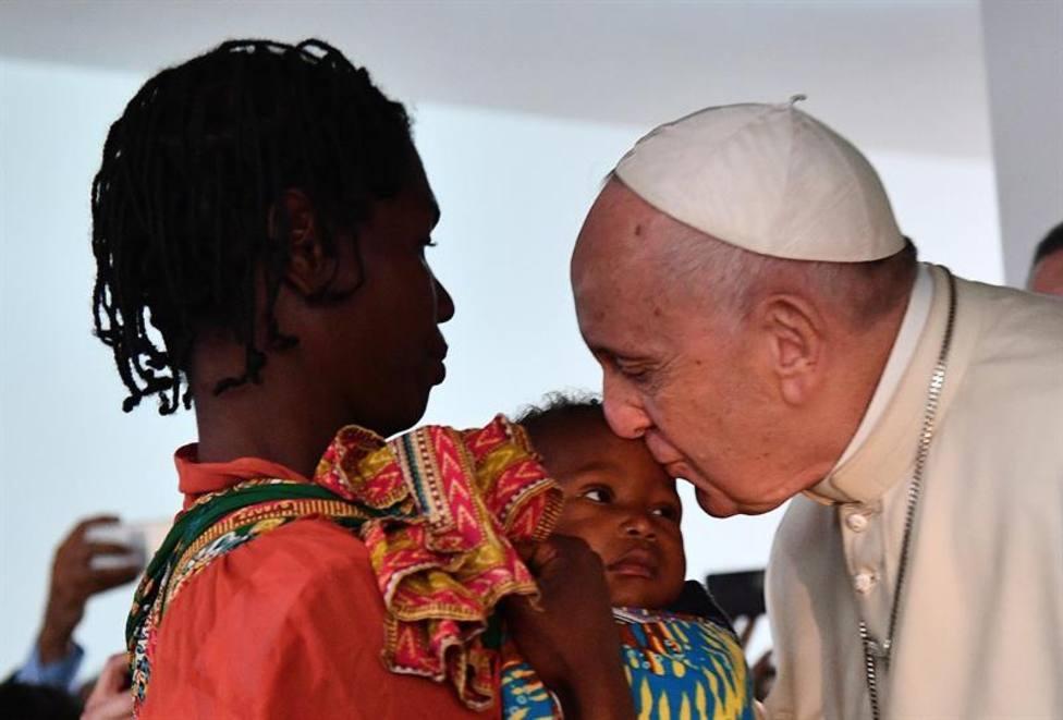 El Papa Francisco besa la cabeza de una niña durante su visita en Mozambique a un hospital pediátrico.