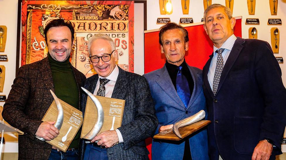 Foto de familia de los premiados con los trofeos La Qchara de la Asociación EsDeToros