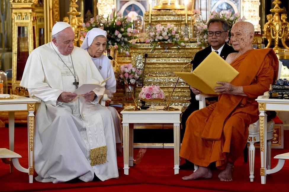 El Papa pide que las religiones sean faro de esperanza tras visitar un templo de budistas en Bangkok