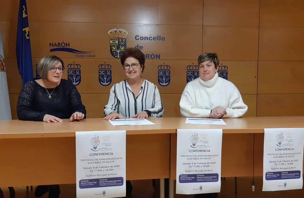 Integrantes de Áurega y la concejal de Educación de Narón